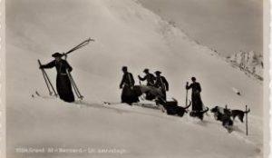 munke med deres redningshunde